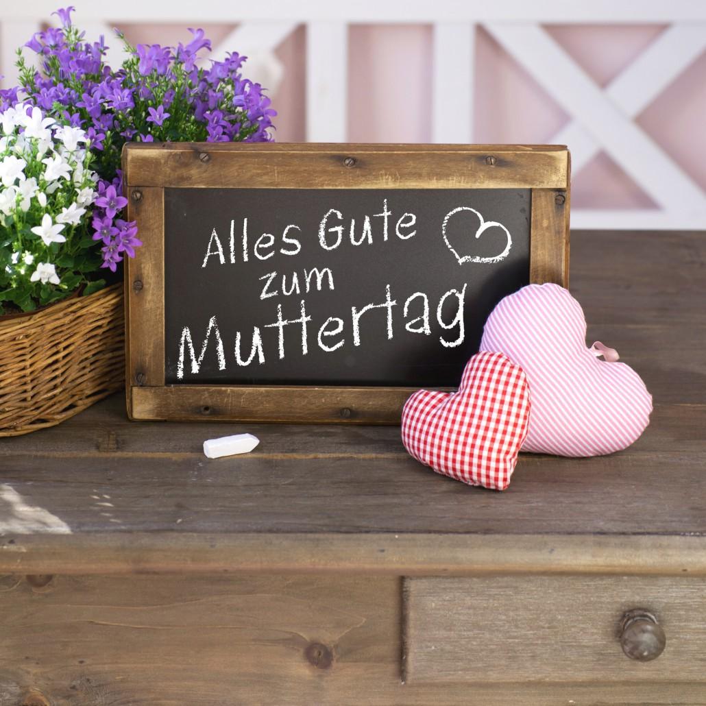 Holztafel mit Aufschrift Alles Gute zum Muttertag