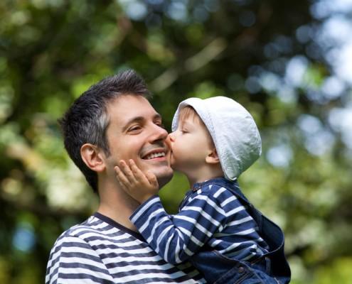 Baby küsst Vater auf die Wange