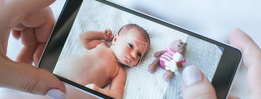 Baby mit Handy fotografieren