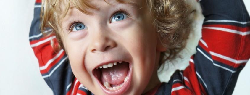 Fröhliches Kind mit weit offenem Mund