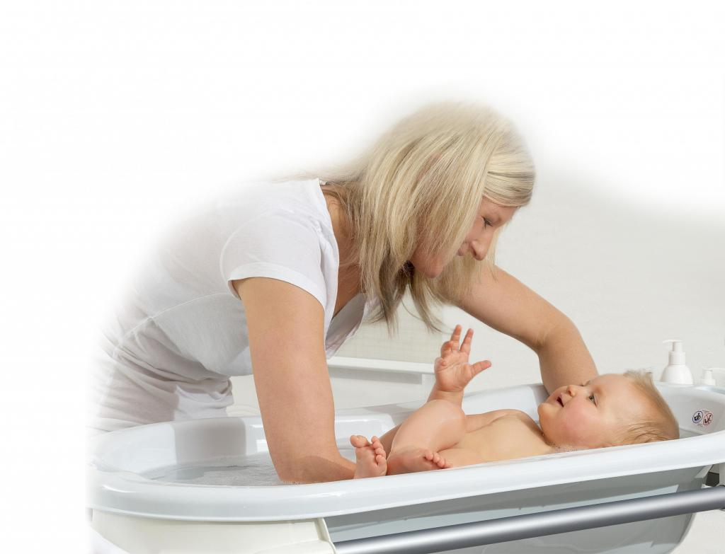 Mutter badet Baby in Rotho Top Badestation