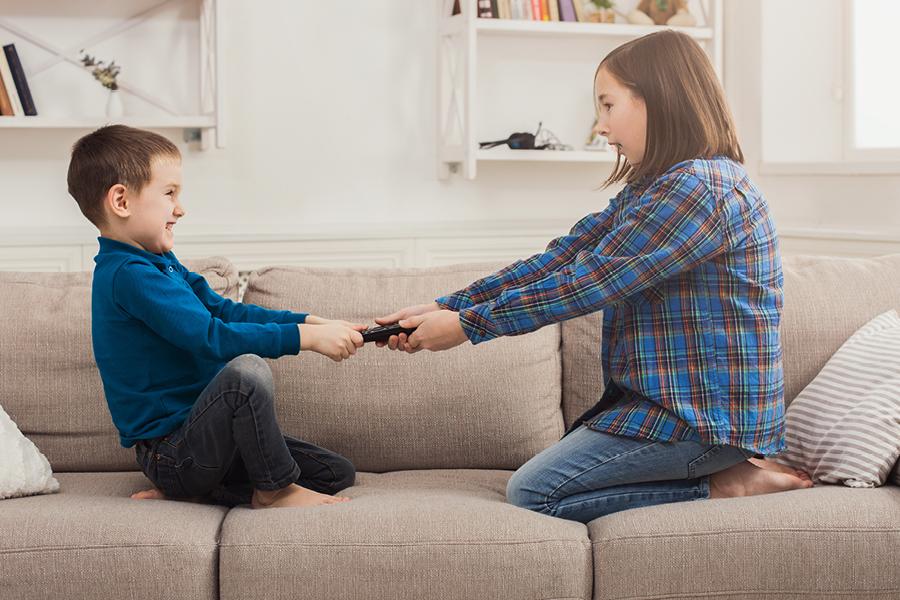 Kinder streiten um die Fernbedienung