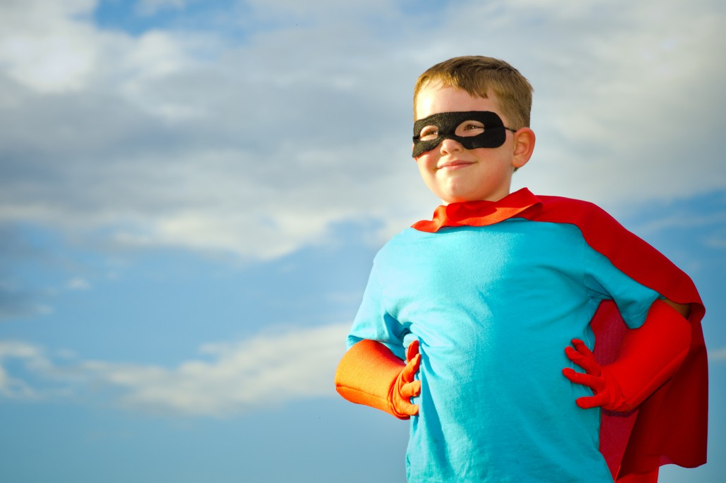 Kind als Superheld verkleidet