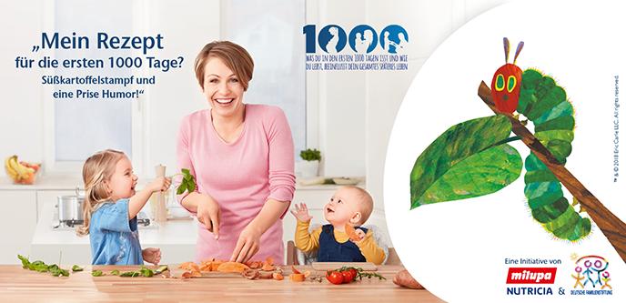 Frau schneidet mit Kindern Gemüse