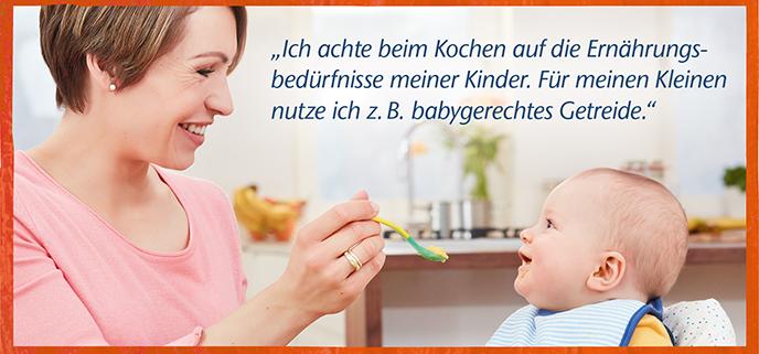 Frau füttert Baby mit Löffel