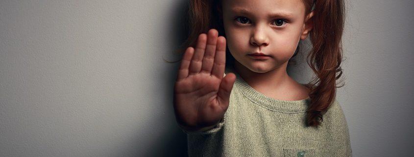Wütendes Mädchen hält die Hand hoch