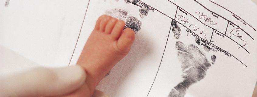 Baby-Fußabdruck auf Geburtsurkunde