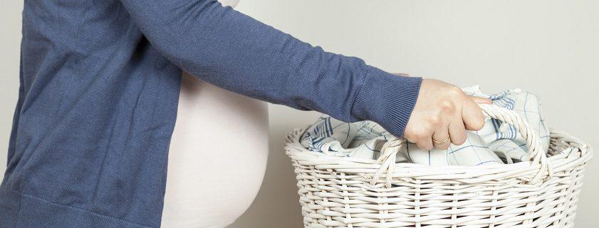 Schwangere mit Wäschekorb