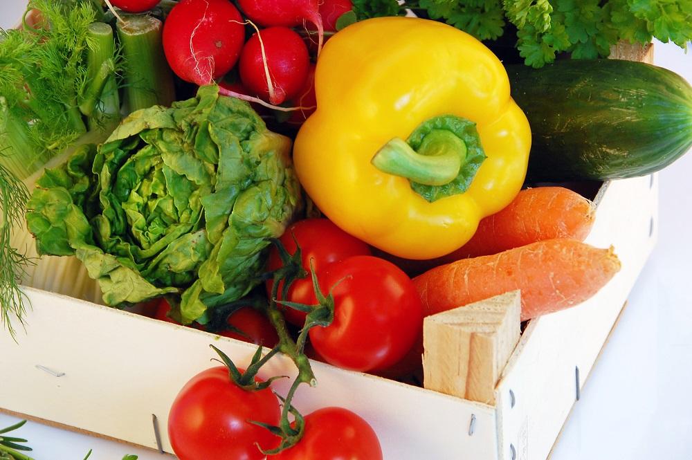 Buntes, frisches Gemüse in einer Kiste