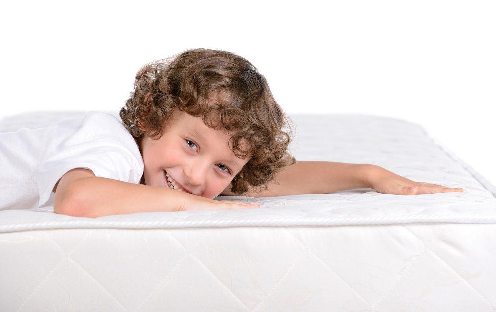 Junge liegt auf einer Matratze