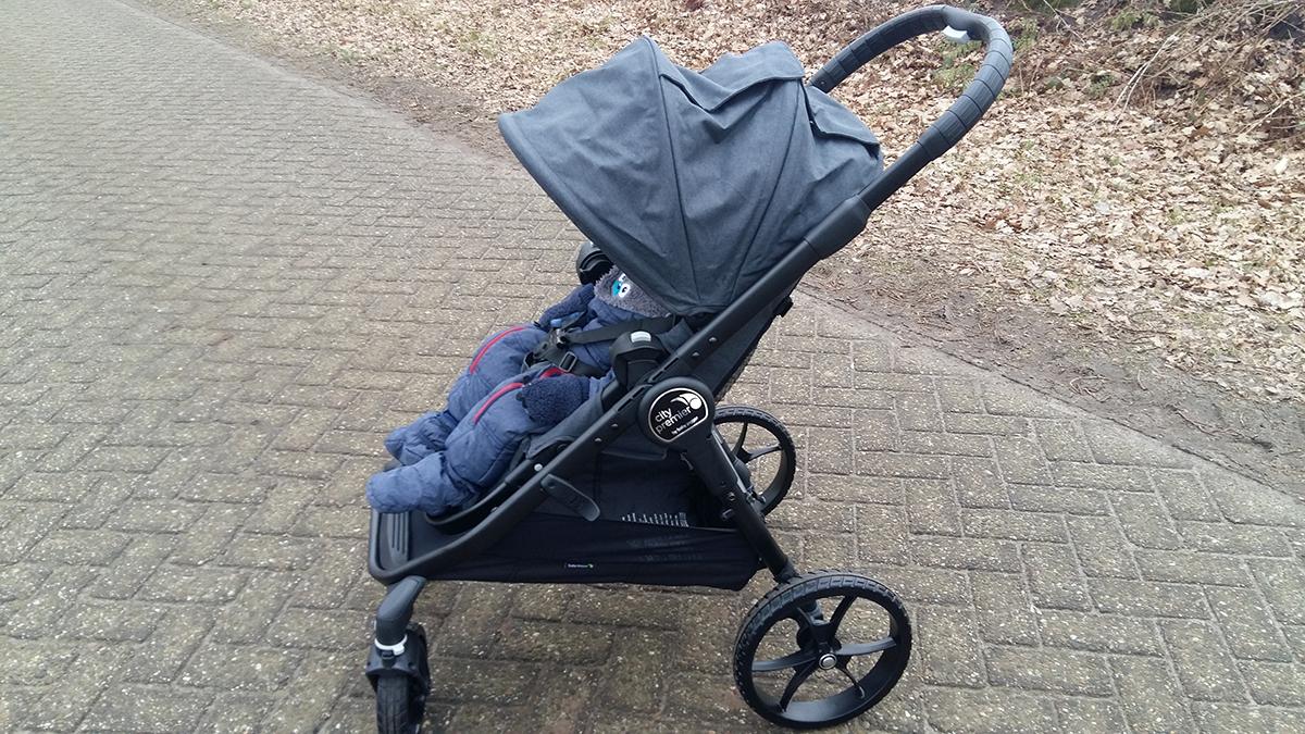 Babyjogger Sportwagen city premier seitlich mit Baby