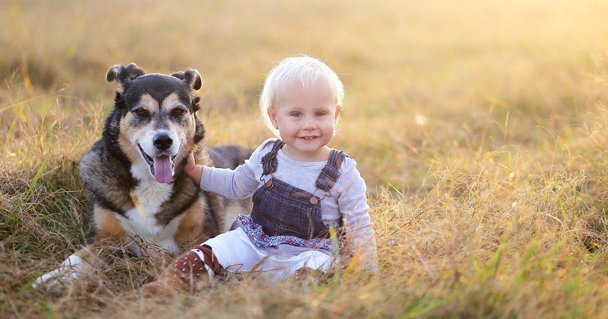 Hund und Kind kuscheln