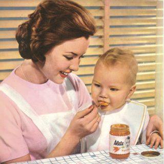 Mutter füttert Kind mit Alete Babynahrung.