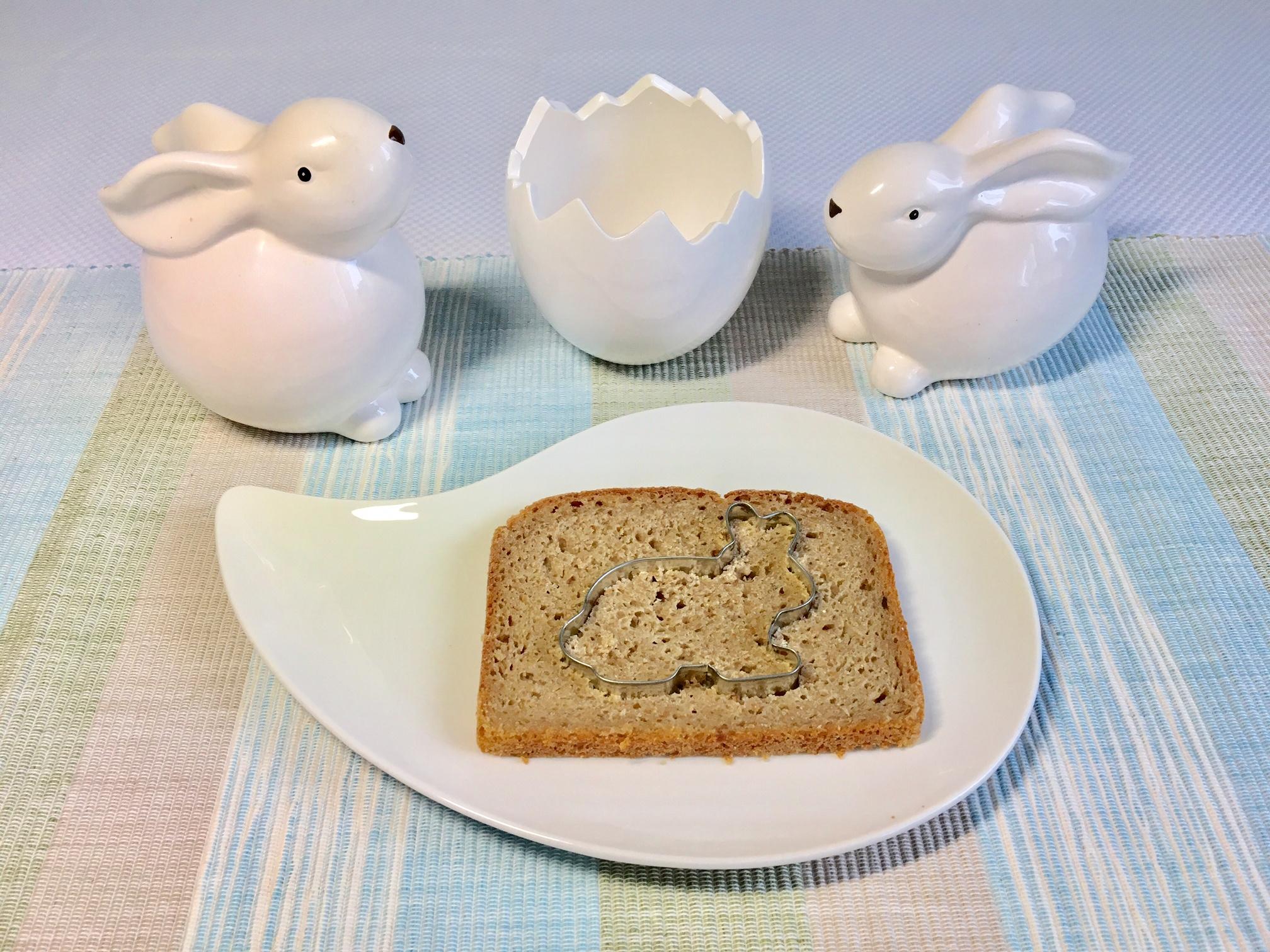 Das helle Brot wird mit einer Hasenform ausgestochen.