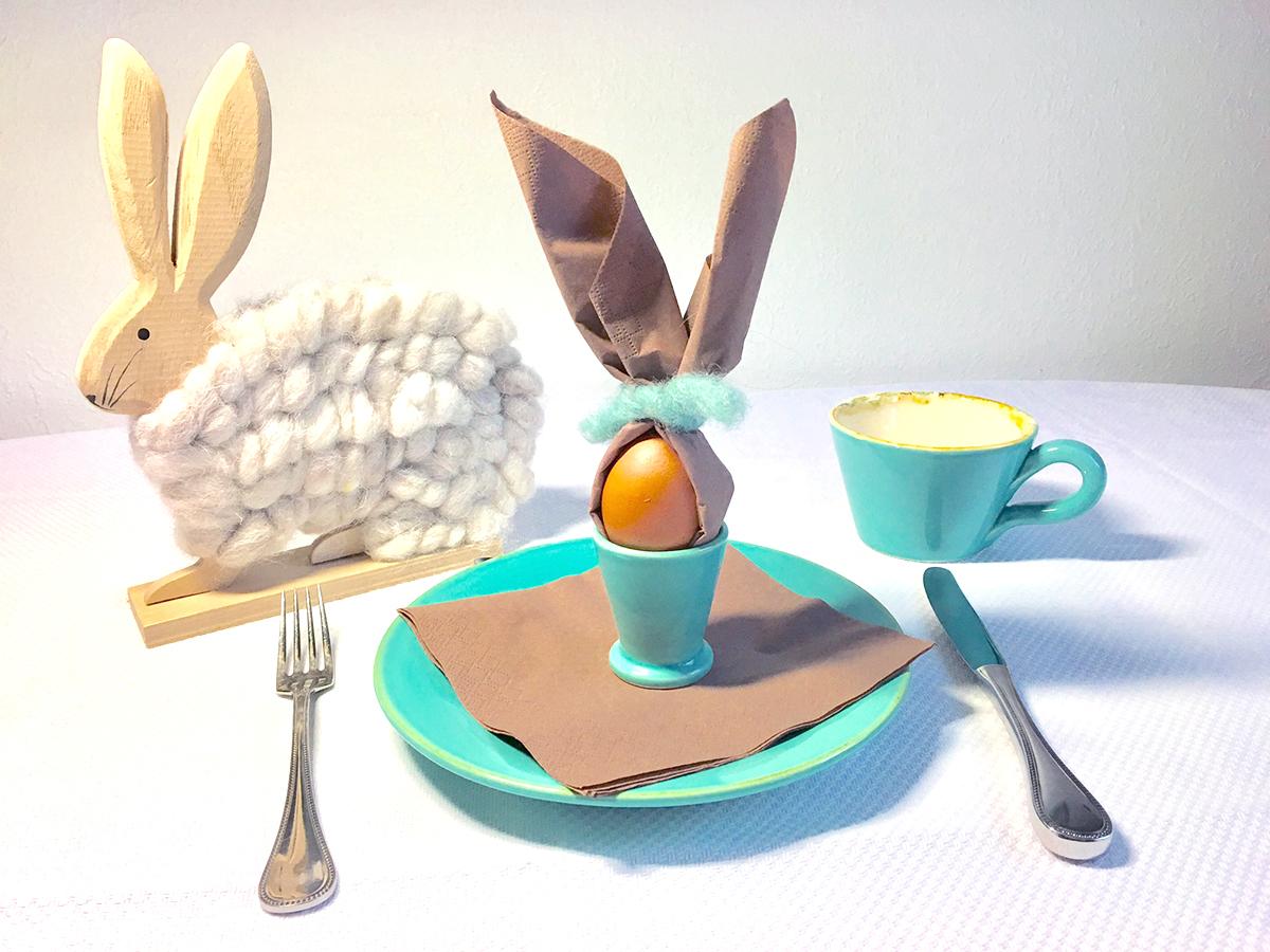 Braune Servietten im Eierbecher zusammengebunden