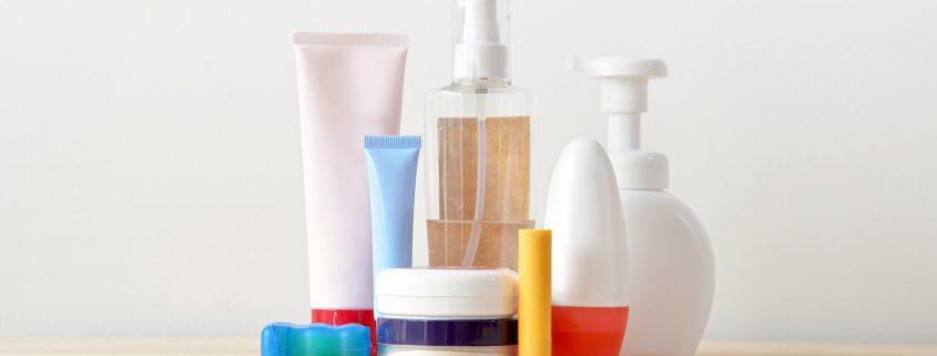 Mehrere Kosmetikartikel gegen Babyakne.