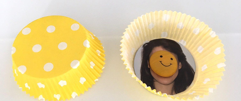 Aus einem Muffinförmchen entsteht eine Blume mit Foto.