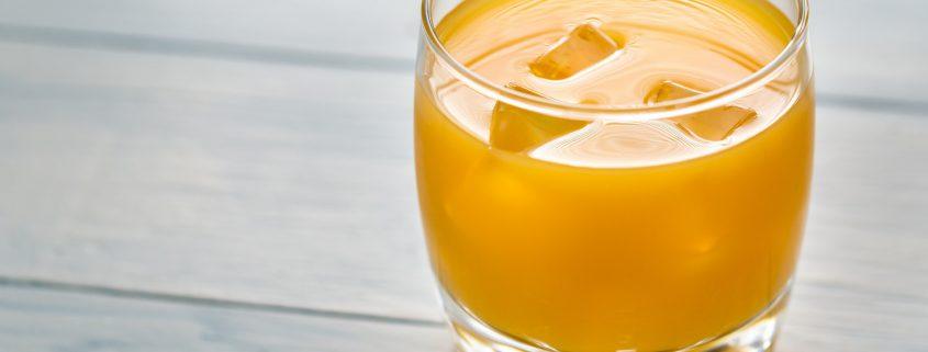 Ein Wehencocktail im Glas mit Aprikosensaft.
