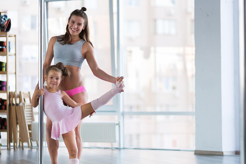 Mädchen und Frau trainieren Pole Dance für Kinder.