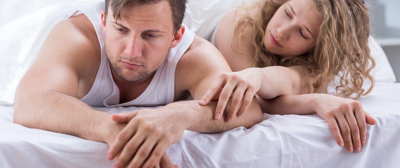 Frau streichelt Arm des Mannes.