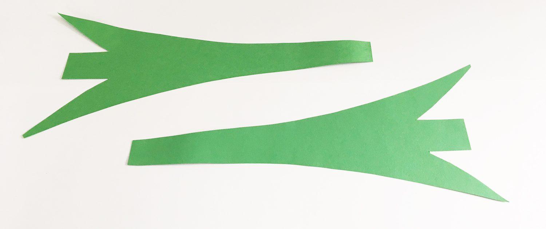 Das grüne Papier wird in Blattform zugeschnitten.