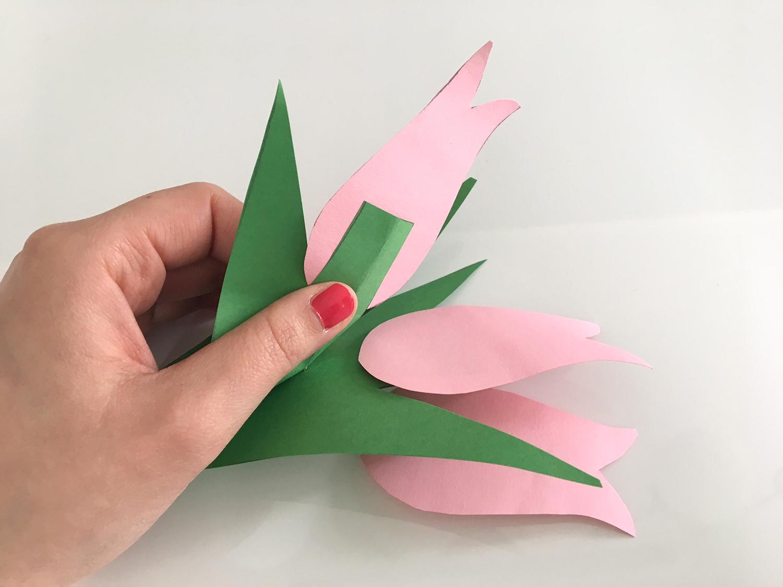 Die Blume wird oben zwischen das Grün gesteckt und getackert.