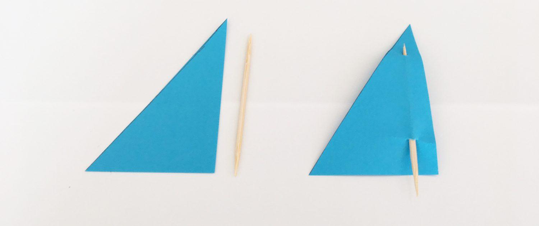 Aus Papier und Zahnstocher entsteht ein Segel.