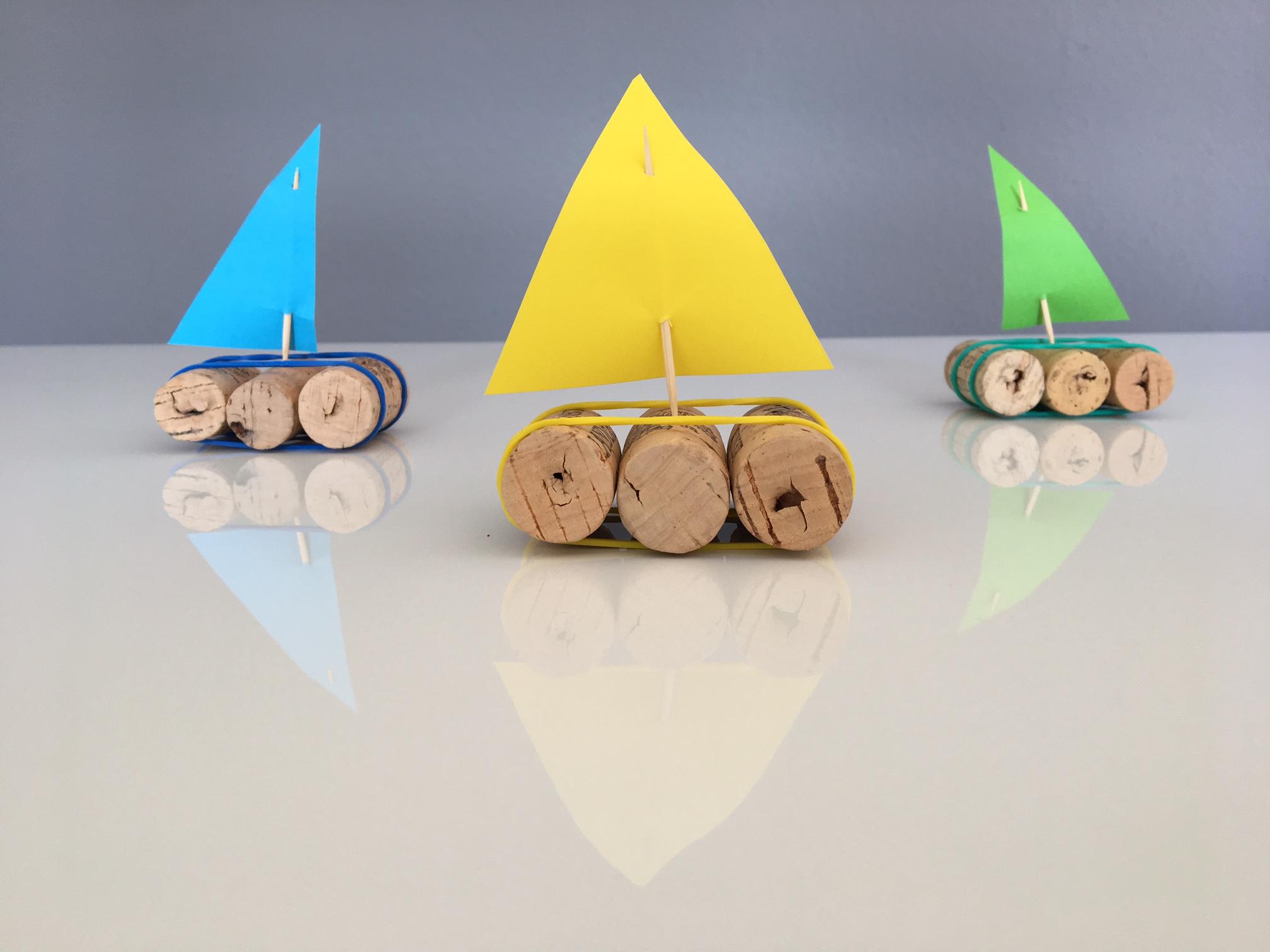 Drei Schiffe aus Kork und Papier sind gebastelt.