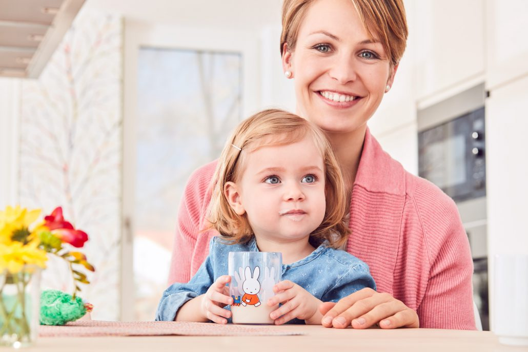 Mutter mit Kind welches Milch trinkt