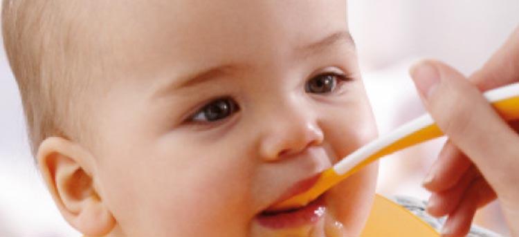 Baby isst Brei