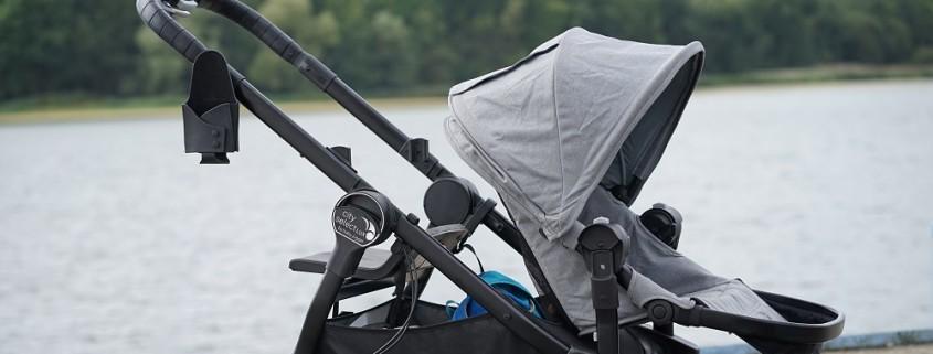Baby Jogger City Select Lux Slate mit vorwärtsgerichteter Sitzbank, Zweitsitz, einkaufskorb und Flaschenhalter vor See