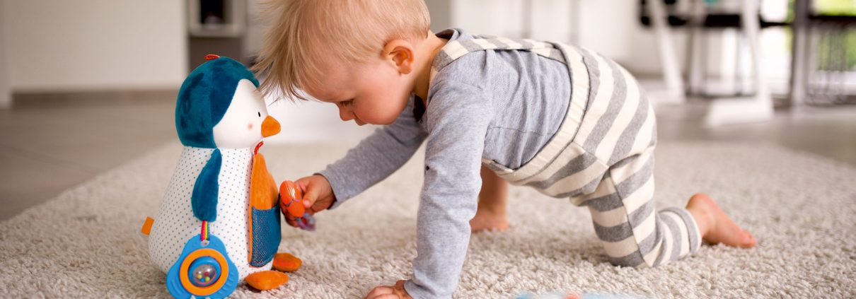Kind spielt mit Pinguin