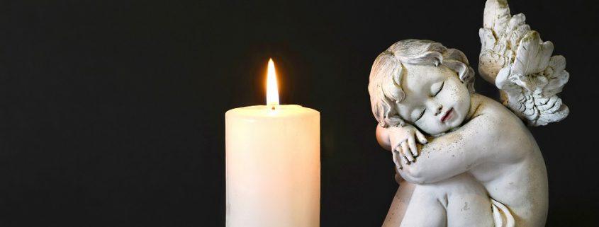 Engel mit einer Kerze und eine Blume