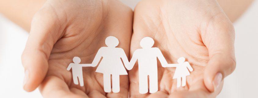 Hände halten Umrisse einer Familie