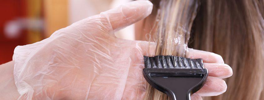 Haare werden mit Pinsel mit Haarfarbe bestrichen
