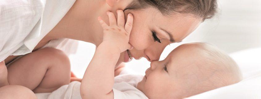 Frau mit Baby, dessen Nasen sich berühren
