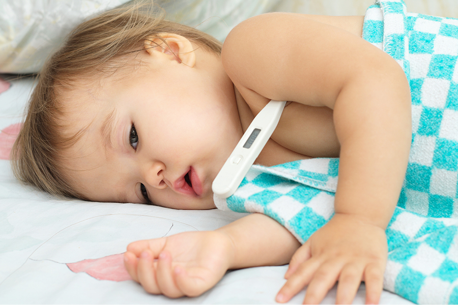 Kind liegt mit 3-Tage-Fieber im Bett