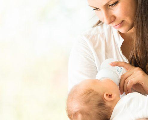 """alt=""""Mutter gibt Baby Fläschchen mit Wasser"""""""