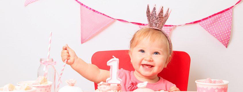 Mädchen mit Krone feiert ihren ersten Geburtstag