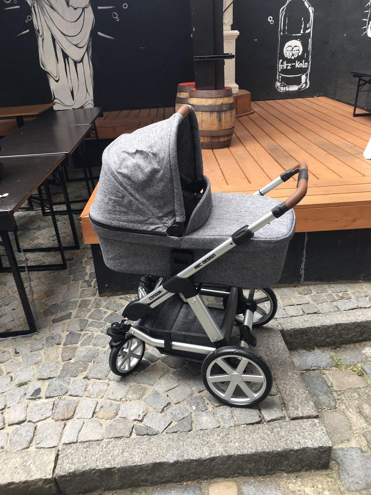 Abc Design Kombikinderwagen Condor 4 grau vor Holzbühne