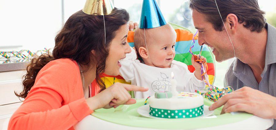 Geburtstagsbaby mit Eltern