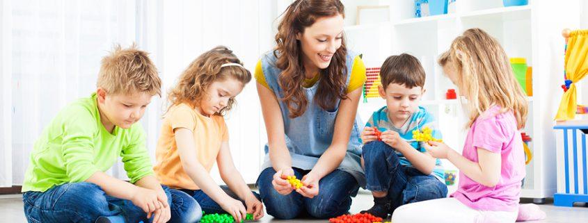 Frau spielt mit Kindern