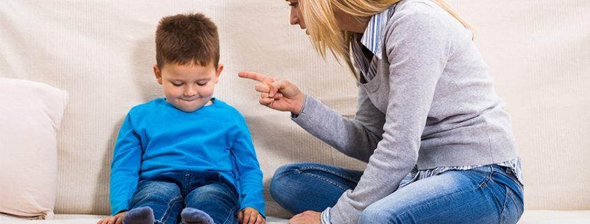 Mutter zeigt mit dem Finger auf Kind
