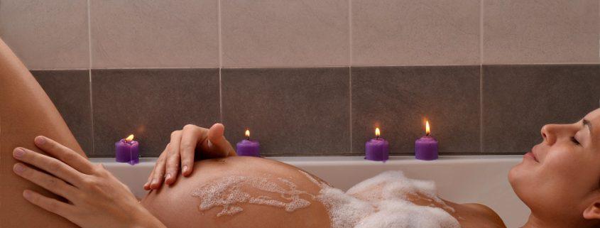Schwangere liegt in Badewanne