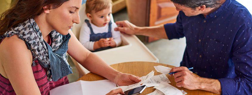 Familie bearbeitet Rechnungen und Steuern
