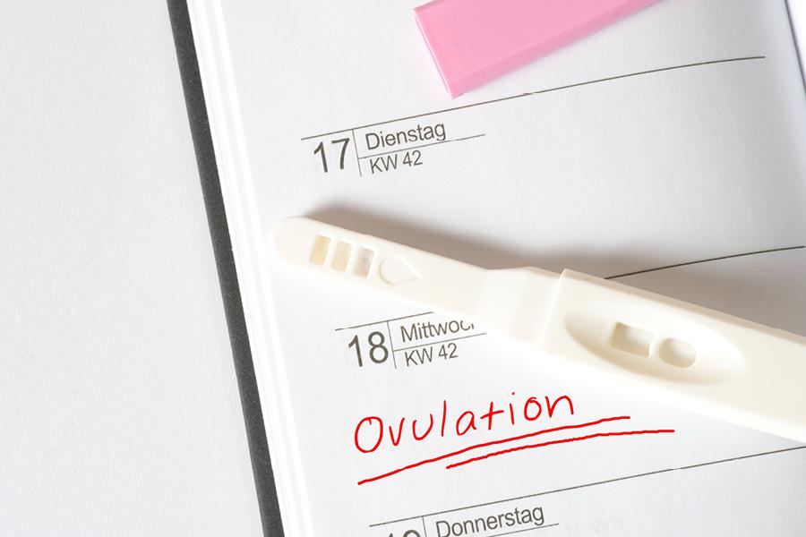 Ovulationstest liegt auf einem Kalender