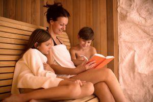 Mutter-mit -Kindern-in-der-Sauna