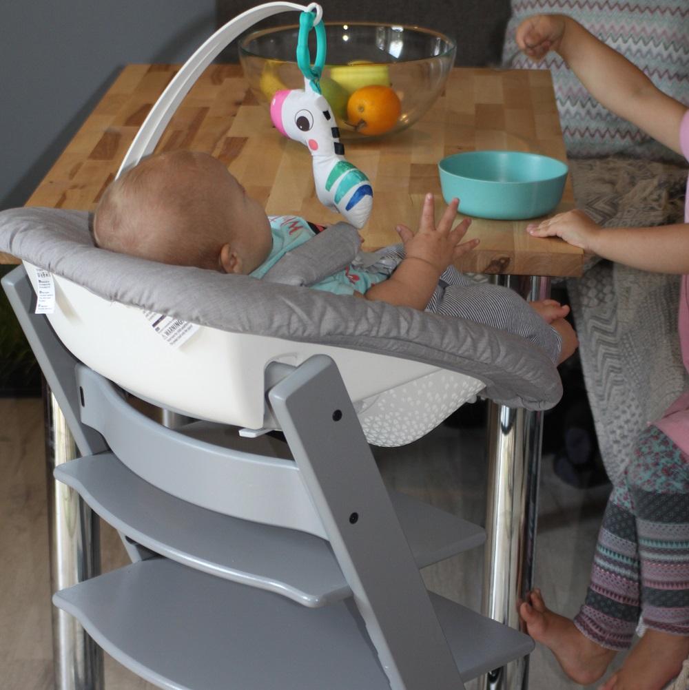 Baby wird im Hochstuhl gefüttert
