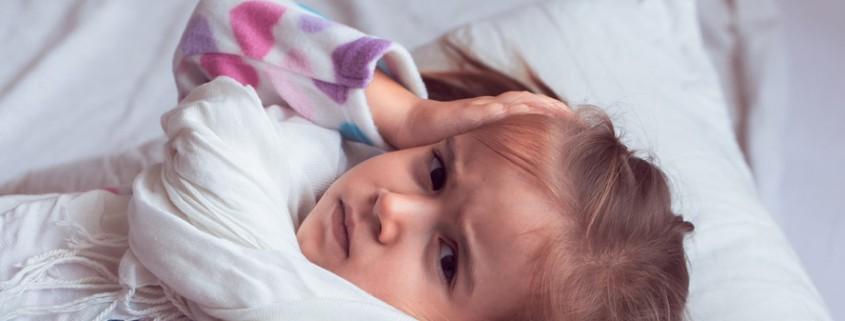 Krankes Mädchen liegt im Bett