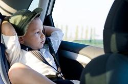 Kleiner Junge im Autositz